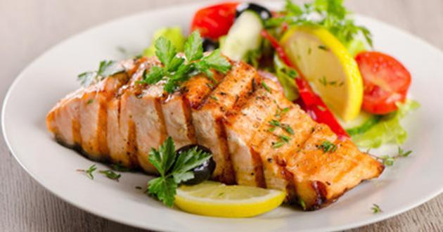 alimentos-que-melhoram-a-disposição-salmão-com-limão-06