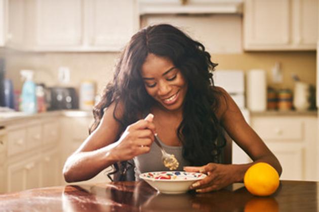 alimentos-que-melhoram-a-disposição-mulher-comendo-14